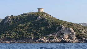 Corse Punta di Campomoro (© Photo: Myrabella / Wikimedia Commons, via Wikimedia Commons (original photo: https://commons.wikimedia.org/wiki/File:Corse_Punta_di_Campomoro_tour_genoise.jpg))