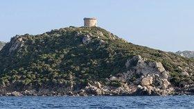 Corse Punta di Campomoro (© Photo: Myrabella/Wikimedia Commons, via Wikimedia Commons (original photo: https://commons.wikimedia.org/wiki/File:Corse_Punta_di_Campomoro_tour_genoise.jpg))