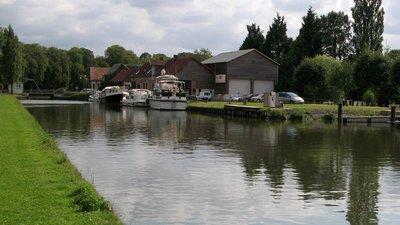 Cappy canal de la Somme (vue vers le Sud et le pont (© By Markus3 (Marc ROUSSEL) [CC BY-SA 3.0 (http://creativecommons.org/licenses/by-sa/3.0)], via Wikimedia Commons (original photo: https://commons.wikimedia.org/wiki/File:Cappy_canal_de_la_Somme_(vue_vers_le_Sud_et_le_pont)_1b.jpg))