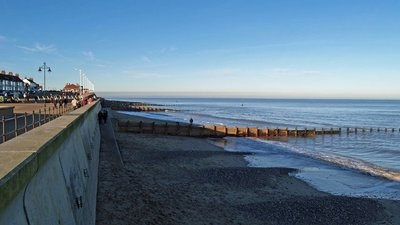 Hornsea Beach in February (© David Wright [CC BY-SA 2.0 (http://creativecommons.org/licenses/by-sa/2.0)], via Wikimedia Commons (original photo: https://commons.wikimedia.org/wiki/File:Hornsea_Beach_in_February_-_geograph.org.uk_-_332481.jpg))
