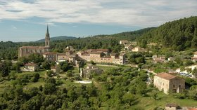 France_Rhone-Alpes_Ardeche_Banne_01 (© By Calips (Own work) [CC BY-SA 4.0 (http://creativecommons.org/licenses/by-sa/4.0)], via Wikimedia Commons (original picture: https://upload.wikimedia.org/wikipedia/commons/6/63/France_Rhone-Alpes_Ardeche_Banne_01.jpg))
