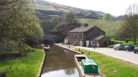 Standedge Tunnel End, Marsden (© By Chris Wood (User:chris_j_wood). [GFDL (http://www.gnu.org/copyleft/fdl.html) or CC-BY-SA-3.0 (http://creativecommons.org/licenses/by-sa/3.0/)], via Wikimedia Commons (GFDL copy: https://en.wikipedia.org/wiki/GNU_Free_Documentation_License, original photo: https://commons.wikimedia.org/wiki/File:Standedge_Tunnel_End,_Marsden,_West_Yorkshire.jpg))