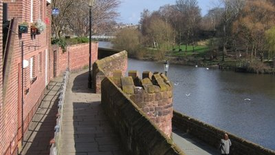 Chester's City Walls - Bridgegate to Eastgate (© John S Turner [CC BY-SA 2.0 (https://creativecommons.org/licenses/by-sa/2.0)], via Wikimedia Commons (original photo: https://commons.wikimedia.org/wiki/File:Chester%27s_City_Walls_-_Bridgegate_to_Eastgate_%5E2_-_geograph.org.uk_-_372176.jpg))