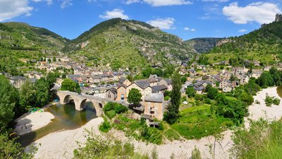 In the region: Sainte-Enimie-Gorges du Tarn Frankreich (© By Tobi 87 (Own work) [GFDL (http://www.gnu.org/copyleft/fdl.html) or CC BY-SA 3.0 (http://creativecommons.org/licenses/by-sa/3.0)], via Wikimedia Commons (GFDL copy: https://en.wikipedia.org/wiki/GNU_Free_Documentation_License, original photo: https://commons.wikimedia.org/wiki/File:Sainte-Enimie-Gorges_du_Tarn-Frankreich.jpg))