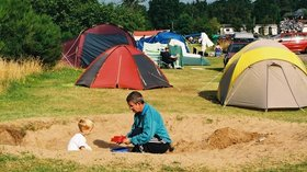 Tents field on the holiday park - Child playing in the sandpit on the tent area of the campsite (© Findhorn Bay Holiday Park)