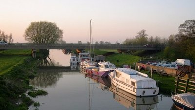 Boats at Hull Bridge, nr Beverley (© © Copyright Philip Pankhurst (http://www.geograph.org.uk/profile/19770) and licensed for reuse (http://www.geograph.org.uk/reuse.php?id=660594) under this Creative Commons Licence (https://creativecommons.org/licenses/by-sa/2.0/).)