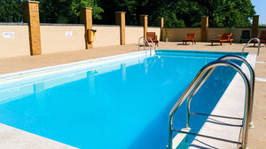 Kent holidays - The outdoor swimming pool at Thriftwood Country Park