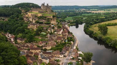 Beynac et Cazenac (© By Chensiyuan (Own work) [CC BY-SA 4.0 (http://creativecommons.org/licenses/by-sa/4.0)], via Wikimedia Commons (original photo: https://commons.wikimedia.org/wiki/File:1_Beynac-et-Cazenac_2016.jpg))