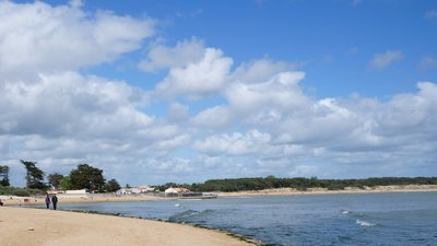 St-vincent sur jard la plage (© By PIERRE ANDRE LECLERCQ (Own work) [GFDL (http://www.gnu.org/copyleft/fdl.html) or CC BY-SA 4.0-3.0-2.5-2.0-1.0 (http://creativecommons.org/licenses/by-sa/4.0-3.0-2.5-2.0-1.0)], via Wikimedia Commons (GFDL copy: https://en.wikipedia.org/wiki/GNU_Free_Documentation_License,original photo: https://commons.wikimedia.org/wiki/File:St-vincent_sur_jard_la_plage_(2).JPG))