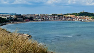 Scarborough, North_Yorkshire (© By Thomas Tolkien from Scarborough, UK [CC BY 2.0 (http://creativecommons.org/licenses/by/2.0)], via Wikimedia Commons (original photo: https://commons.wikimedia.org/wiki/File:Scarborough_North_Yorkshire_England_2.jpg))