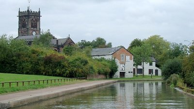 Trent and Mersey Canal at Middlewich, Cheshire (© © Copyright Roger Kidd (https://www.geograph.org.uk/profile/12192) and licensed for reuse (https://www.geograph.org.uk/reuse.php?id=2837405) under this Creative Commons Licence (https://creativecommons.org/licenses/by-sa/2.0/).)