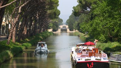 In the region - Canal de Jonction at Salleles d'Aude (Nancy) (© By Nancy (Own work) [CC BY-SA 3.0 (http://creativecommons.org/licenses/by-sa/3.0) or GFDL (http://www.gnu.org/copyleft/fdl.html)], via Wikimedia Commons (GFDL copy: https://en.wikipedia.org/wiki/GNU_Free_Documentation_License, original photo: https://commons.wikimedia.org/wiki/File:Canal_de_Jonction_at_Salleles_d%27Aude(Nancy).JPG))