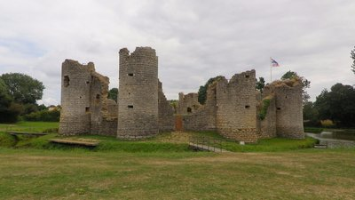 Ruine du château de Commequiers (Vendée, France) (© By Edwin Schad (Own work) [CC BY-SA 3.0 (http://creativecommons.org/licenses/by-sa/3.0)], via Wikimedia Commons (original picture: https://upload.wikimedia.org/wikipedia/commons/3/30/Ruine_du_ch%C3%A2teau_de_Commequiers_%28Vend%C3%A9e%2C_France%29.JPG))