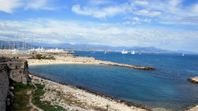 Antibes plage port depuis les remparts (© By Plyd (Moi) [Public domain], via Wikimedia Commons (original photo: https://commons.wikimedia.org/wiki/File:Antibes-plage-port-depuis-les-remparts.jpg))