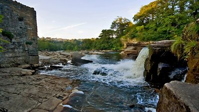 River Swale falls, Richmond (N Yorks)  (© © Copyright Paul Harrop (https://www.geograph.org.uk/profile/13364) and licensed for reuse (http://www.geograph.org.uk/reuse.php?id=2530295) under this Creative Commons Licence (https://creativecommons.org/licenses/by-sa/2.0/).)
