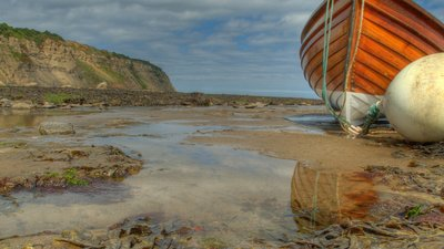 Robin_Hoods_Bay_Whitby_North_Yorkshire_Fishing_Beach (© By Thomas Tolkien from Scarborough, UK (Robin Hood's BayUploaded by Herkuleshippo) [CC BY 2.0  (https://creativecommons.org/licenses/by/2.0)], via Wikimedia Commons (original photo: https://commons.wikimedia.org/wiki/File:Robin_Hoods_Bay_Whitby_North_Yorkshire_Fishing_Beach.jpg))