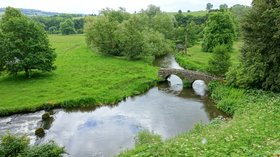 River Wye at Haddon Hall - Bakewell, Derbyshire (© By Daderot [CC0], from Wikimedia Commons)