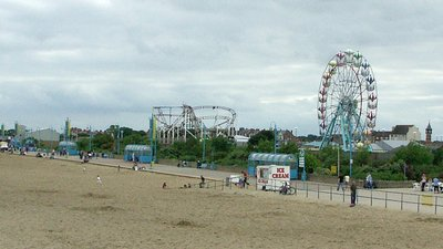Skegness beach panorama (© Peter Langsdale [CC BY-SA 2.0 (http://creativecommons.org/licenses/by-sa/2.0)], via Wikimedia Commons (original photo: https://commons.wikimedia.org/wiki/File:Skegness_beach_panorama_-_geograph.org.uk_-_1691657.jpg))