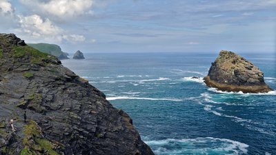 The Meachard Island and coast near Boscastle. Cornwall (© Ввласенко [CC BY-SA 3.0 (https://creativecommons.org/licenses/by-sa/3.0)], from Wikimedia Commons (original photo: https://commons.wikimedia.org/wiki/File:The_Meachard_Island_and_coast_near_Boscastle._Cornwall,_England.jpg))