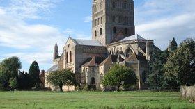 Tewkesbury Abbey (© By Paul Pichota from Kaiserslautern, Deutschland (dsc03043) [CC BY-SA 2.0 (https://creativecommons.org/licenses/by-sa/2.0)], via Wikimedia Commons (original photo: https://commons.wikimedia.org/wiki/File:Tewkesbury_Abbey_01.jpg))
