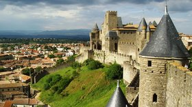 Castle in Carcassonne (© By Philipp Hertzog (Own work) [CC BY-SA 3.0 (http://creativecommons.org/licenses/by-sa/3.0)], via Wikimedia Commons (original photo: https://commons.wikimedia.org/wiki/File:Carcassonne_wall.jpg))