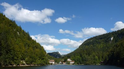 In the region: Les Bassins du Doubs. L'embarcadère ou le débarcadère du Saut du Doubs. Rive gauche, la France, Rive droite, la Suisse (© By Louis-Fabrice Jean (Own work) [CC BY-SA 3.0 (http://creativecommons.org/licenses/by-sa/3.0)], via Wikimedia Commons (original photo: https://commons.wikimedia.org/wiki/File:Les_Bassins_du_Doubs._L%27embarcad%C3%A8re_ou_le_d%C3%A9barcad%C3%A8re_du_Saut_du_Doubs._Rive_gauche,_la_France._Rive_droite,_la_Suisse..JPG))