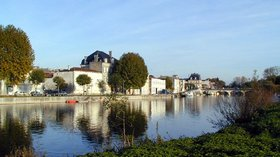 Jarnac Quai Orangerie et pont (© By JarnaQuais (Own work) [GFDL (http://www.gnu.org/copyleft/fdl.html) or CC BY-SA 3.0 (http://creativecommons.org/licenses/by-sa/3.0)], via Wikimedia Commons (GFDL copy: https://en.wikipedia.org/wiki/GNU_Free_Documentation_License, original photo: https://commons.wikimedia.org/wiki/File:Jarnac_Quai_Orangerie_et_pont.jpg))