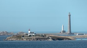 In the local area - Île Vrac'h et Île Vierge - Landéda (Aber_Wrac'h) - Plouguerneau - Finistère (© By Yann Caradec from Paris, France [CC BY-SA 2.0 (http://creativecommons.org/licenses/by-sa/2.0)], via Wikimedia Commons (original photo: https://commons.wikimedia.org/wiki/File:%C3%8Ele_Vrac%27h_et_%C3%8Ele_Vierge_-_Land%C3%A9da_(Aber_Wrac%27h)_-_Plouguerneau_-_Finist%C3%A8re_(9593427269).jpg))