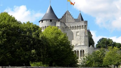 Le château de la Motte à Usseau (© By DavidL [CC BY-SA 3.0 (http://creativecommons.org/licenses/by-sa/3.0)], via Wikimedia Commons (original photo: https://commons.wikimedia.org/wiki/File:Le_ch%C3%A2teau_de_la_Motte_%C3%A0_Usseau_2.jpg))