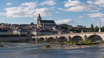 In the area - Blois Loire Panorama (© By Diliff (Own work) [CC BY-SA 3.0 (http://creativecommons.org/licenses/by-sa/3.0) or GFDL (http://www.gnu.org/copyleft/fdl.html)], via Wikimedia Commons (https://en.wikipedia.org/wiki/GNU_Free_Documentation_License, original photo: https://commons.wikimedia.org/wiki/File:Blois_Loire_Panorama_-_July_2011.jpg))