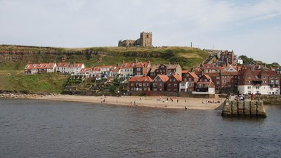 Whitby, North Yorkshire (© By Martin from Leeds (whitbybeachUploaded by snowmanradio) [CC BY 2.0  (https://creativecommons.org/licenses/by/2.0)], via Wikimedia Commons (original photo: https://commons.wikimedia.org/wiki/File:Whitby,_North_Yorkshire,_England-18Aug2008.jpg))
