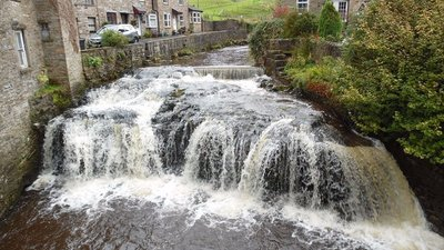 Weir and Waterfall, Hawes  (© © Copyright David Hillas (http://www.geograph.org.uk/profile/22410) and licensed for reuse (http://www.geograph.org.uk/reuse.php?id=5573217) under this Creative Commons Licence (https://creativecommons.org/licenses/by-sa/2.0/).)