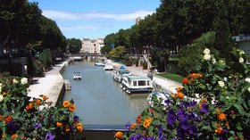 Nearby - Narbonne Canal de la Robine from Boulevard Gambetta (© By MartinD (Own work) [GFDL (http://www.gnu.org/copyleft/fdl.html) or CC BY-SA 3.0 (http://creativecommons.org/licenses/by-sa/3.0)], via Wikimedia Commons (GFDL copy: https://en.wikipedia.org/wiki/GNU_Free_Documentation_License, original photo: https://commons.wikimedia.org/wiki/File:Narbonne_Canal_de_la_Robine_from_Boulevard_Gambetta.jpg))
