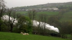 Steam train leaving Haworth (© © Copyright Stephen Craven (https://www.geograph.org.uk/profile/6597) and licensed for reuse (http://www.geograph.org.uk/reuse.php?id=5380786) under this Creative Commons Licence (https://creativecommons.org/licenses/by-sa/2.0/).)