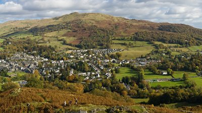 Ambleside & Waterhead Panorama (© By Diliff (Own work) [CC BY-SA 3.0 (https://creativecommons.org/licenses/by-sa/3.0) or GFDL (http://www.gnu.org/copyleft/fdl.html)], via Wikimedia Commons (GFDL copy: https://en.wikipedia.org/wiki/GNU_Free_Documentation_License, original photo: https://commons.wikimedia.org/wiki/File:Ambleside_%26_Waterhead_Panorama,_Cumbria,_England_-_Oct_2009.jpg))