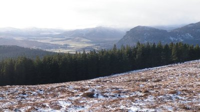 Looking down Strath Nairn from Carn Dearg (© Sarah McGuire [CC BY-SA 2.0 (https://creativecommons.org/licenses/by-sa/2.0)], via Wikimedia Commons (original photo: https://commons.wikimedia.org/wiki/File:Looking_down_Strath_Nairn_from_Carn_Dearg_-_geograph.org.uk_-_1132967.jpg))