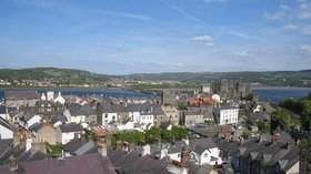 Conwy walled town (© By No machine-readable author provided. Dbenbenn assumed (based on copyright claims). [GFDL (http://www.gnu.org/copyleft/fdl.html), CC-BY-SA-3.0 (http://creativecommons.org/licenses/by-sa/3.0/) or CC BY-SA 2.0 (http://creativecommons.org/licenses/by-sa/2.0)], via Wikimedia Commons (GFDL copy: https://en.wikipedia.org/wiki/GNU_Free_Documentation_License, original photo: https://commons.wikimedia.org/wiki/File:Conwy_walled_town.jpg))