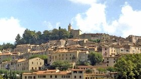 The town of Fayence (© By Electrovap.fayence (Own work) [CC BY-SA 4.0 (http://creativecommons.org/licenses/by-sa/4.0)], via Wikimedia Commons)