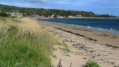Golspie Beach close to the caravan park (© © Copyright Dr Richard Murray (http://www.geograph.org.uk/profile/21212) and licensed for reuse (http://www.geograph.org.uk/reuse.php?id=1500501)  under this Creative Commons Licence (https://creativecommons.org/licenses/by-sa/2.0/).)