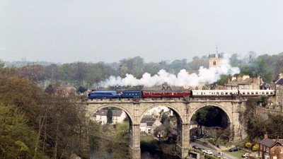 Mallard on Knaresborough viaduct (© Jo Turner [CC BY-SA 2.0 (http://creativecommons.org/licenses/by-sa/2.0)], via Wikimedia Commons (original photo: https://commons.wikimedia.org/wiki/File:Mallard_on_Knaresborough_viaduct_-_geograph.org.uk_-_2929569.jpg))
