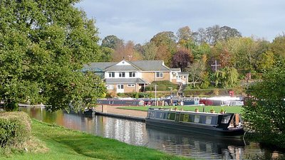 Staffordshire and Worcestershire Canal by Stafford Boat Club (© Roger Kidd [CC BY-SA 2.0 (https://creativecommons.org/licenses/by-sa/2.0)], via Wikimedia Commons (original photo: https://commons.wikimedia.org/wiki/File:Staffordshire_and_Worcestershire_Canal_by_Stafford_Boat_Club_-_geograph.org.uk_-_1573426.jpg))