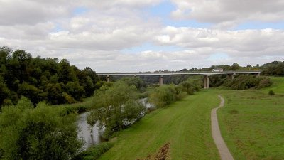 Doncaster bypass crossing the River Don (© Steve  F [CC BY-SA 2.0  (https://creativecommons.org/licenses/by-sa/2.0)], via Wikimedia Commons (original photo: https://commons.wikimedia.org/wiki/File:Doncaster_bypass_crossing_the_River_Don._-_geograph.org.uk_-_536070.jpg))