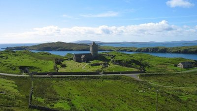 St Clement's Church, Roghadal, Isle of Harris (© Les Hull [CC BY-SA 2.0 (https://creativecommons.org/licenses/by-sa/2.0)], via Wikimedia Commons (original photo: https://commons.wikimedia.org/wiki/File:St_Clement%27s_Church,_Roghadal,_Isle_of_Harris_-_geograph.org.uk_-_564572.jpg))