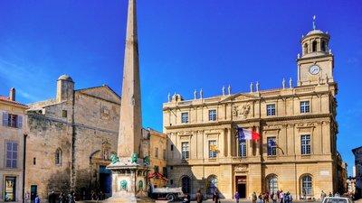 Arles Place de la République (© By Wolfgang Staudt [CC BY 2.0 (http://creativecommons.org/licenses/by/2.0)], via Wikimedia Commons (original photo: https://commons.wikimedia.org/wiki/File:Arles_Place_de_la_R%C3%A9publique.jpg))