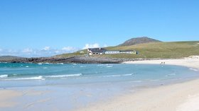 Isle of Barra Beach Hotel near the caravan park (© © Copyright DJB (https://www.geograph.org.uk/profile/42237) and licensed for reuse (http://www.geograph.org.uk/reuse.php?id=1573062) under this Creative Commons Licence (https://creativecommons.org/licenses/by-sa/2.0/).)