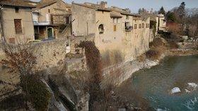 Aouste pont sur la Drôme (© By Toutaitanous (Own work) [CC BY-SA 3.0 (http://creativecommons.org/licenses/by-sa/3.0)], via Wikimedia Commons (original photo: https://commons.wikimedia.org/wiki/File:Aouste_pont_sur_la_Dr%C3%B4me.jpg))