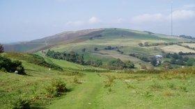 Moel y Parc (© Eirian Evans/Offa's Dyke Path (original photo: https://commons.wikimedia.org/wiki/File:Moel_y_Parc.jpg))