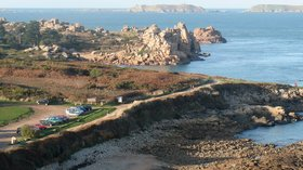 France Perros Guirec sentier littoral (© By Gilbert Bochenek (Own work) [CC BY-SA 3.0 (http://creativecommons.org/licenses/by-sa/3.0)], via Wikimedia Commons (original photo: https://commons.wikimedia.org/wiki/File:France-Perros-Guirec-sentier_littoral.JPG))
