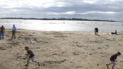 Brightlingsea, small beach (© By Rwendland (Own work) [GFDL (http://www.gnu.org/copyleft/fdl.html) or CC BY-SA 4.0-3.0-2.5-2.0-1.0 (http://creativecommons.org/licenses/by-sa/4.0-3.0-2.5-2.0-1.0)], via Wikimedia Commons (GFDL copy: https://en.wikipedia.org/wiki/GNU_Free_Documentation_License, original photo: https://commons.wikimedia.org/wiki/File:Brightlingsea,_small_beach.jpg))