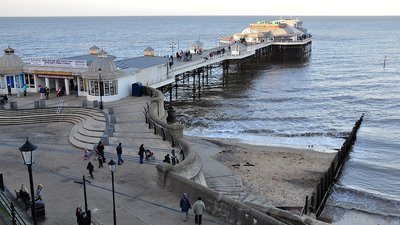 Cromer Pier, Cromer (© By rodtuk from UK [CC BY-SA 2.0 (http://creativecommons.org/licenses/by-sa/2.0)], via Wikimedia Commons (original photo: https://commons.wikimedia.org/wiki/File:Cromer_Pier,_Cromer,_Norfolk,_England-2Jan2012.jpg))